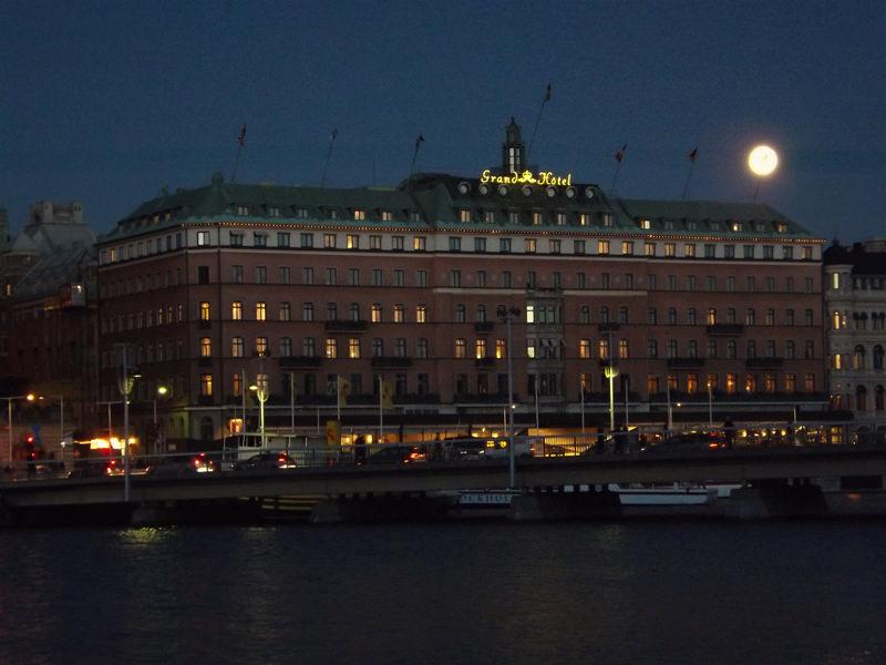 Vollmond über dem Grand Hotel